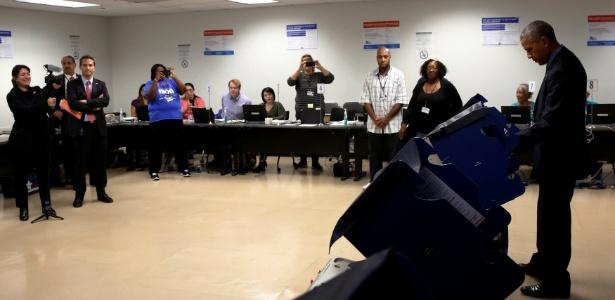 O presidente dos EUA, Barack Obama, vota antecipadamente nas eleições presidenciais, em Chicago (Illinois)