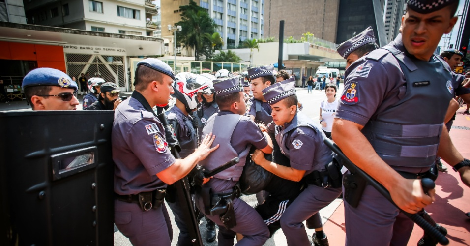 29.out.2016 - A manifestação em apoio ao candidato republicano à Presidência dos EUA, Donald Trump, na av. Paulista (SP), teve confusão quando houve confronto com membros de uma contra-manifestação convocada por grupos antifascistas. A polícia interveio, deteve quatro pessoas e separou os dois grupos