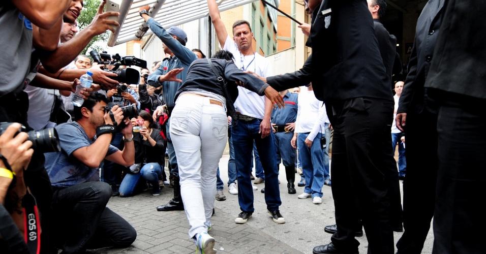 5.nov.2016 - Candidatos correm para conseguir entrar no local de prova instantes antes de os portões do Enem serem fechados