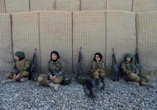 10.nov.2016 - A partir da esq., as afegãs Shreen Yawari, 24, Zarmina Ahmadi, 22, Fátima Alimi, 21, e Zahra Sultani, 20, descansam após exercícios de tiro