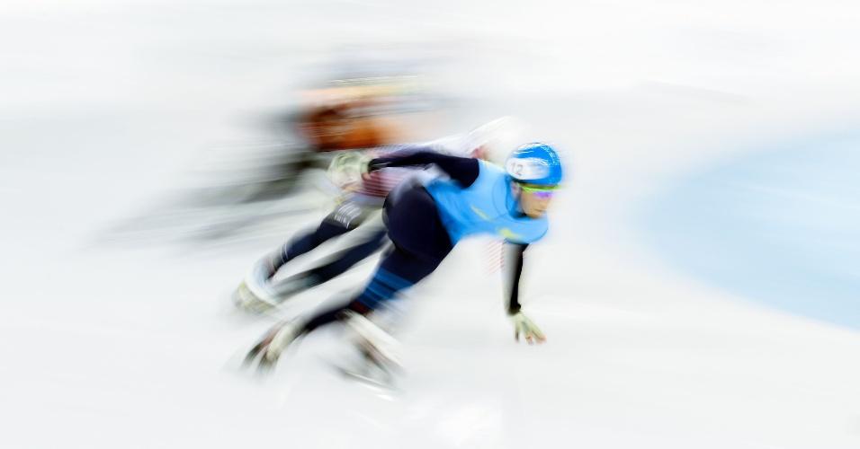 9.dez.2016 - Atletas competem nos 500m masculinos na Copa do Mundo de Patinação em Velocidadeque em Shanghai, na China