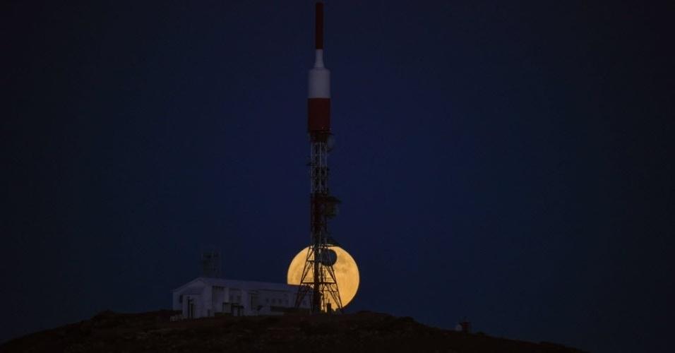 14.dez.2016 - Última superlua do ano passa por trás dos telescópios do Instituto Astrofísico, no Parque Nacional de El Teide, na ilha canária espanhola de Tenerife