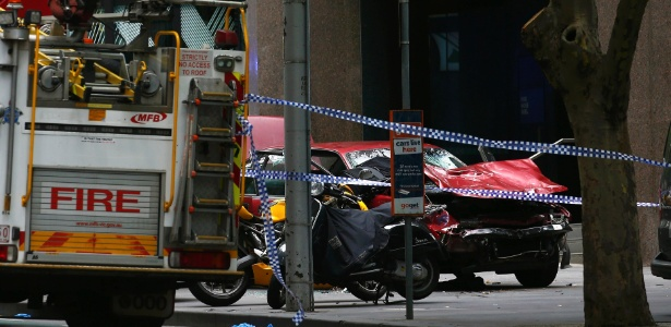 Os destroços de um carro são isolados por policiais em uma rua, após o motorista atropelar pedestres no centro de Melbourne, Austrália