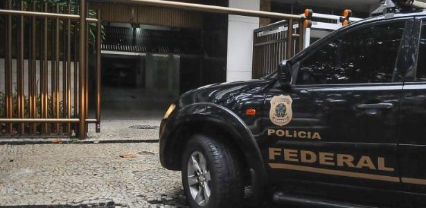28.mar.2017 - Agentes da Polícia Federal chegam para realizar vistoria no apartamento da ex-primeira dama do Rio, Adriana Ancelmo, na semana passada