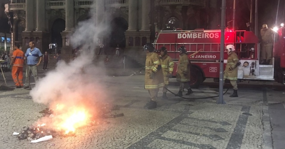 31.mar.2017 - Black blocks se juntam a manifestantes no Rio e ateiam fogo em objetos em frente ao Theatro Municipal, na Cinelândia. Bombeiros chegaram e apagaram a fogueira