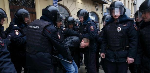 Polícia prende homem durante protesto contra o governo em Moscou