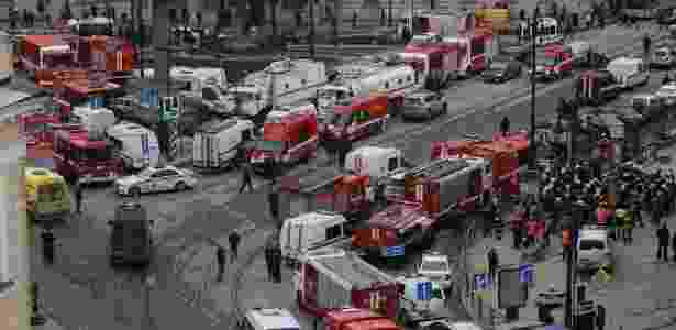 3.abr.2017 - Veículos e equipes de emergência se aglomeram nas proximidades da estação de metrô Sennaya Ploshchad, em São Petersburgo, na Rússia, após explosões deixarem mortos e feridos. Segundo o governo de São Petersburgo, 17 ambulâncias foram enviadas à cena - Anton Vaganov/Reuters