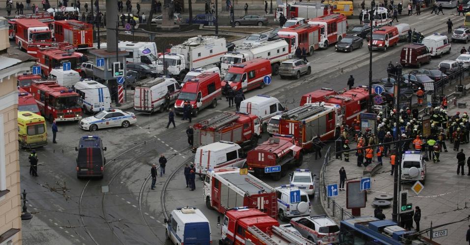 3.abr.2017 - Veículos e equipes de emergência se aglomeram nas proximidades da estação de metrô Sennaya Ploshchad, em São Petersburgo, na Rússia, após explosões deixarem ao menos 10 mortos e 50 feridos. Segundo o governo de São Petersburgo, 17 ambulâncias foram enviadas à cena