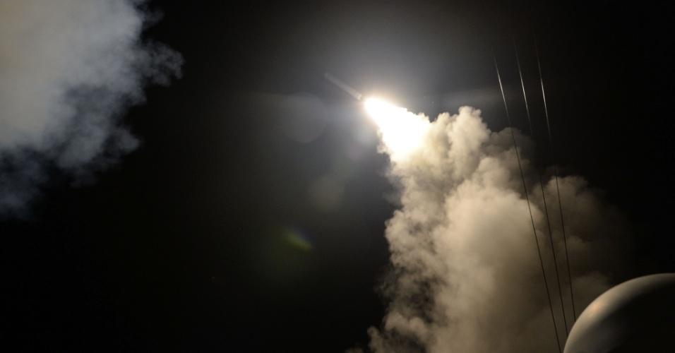 """7.abr.2017 - Imagem fornecida pela Marinha norte-americana mostra lançamento de míssil a partir destróier americano em ataque a base aérea síria. Forças militares dos EUA dispararam mísseis em uma base aérea síria nesta sexta-feira (7), em resposta ao que o presidente Donald Trump chamado de um ataque químico """"bárbaro"""". O regime da Síria negou qualquer uso de armas químicas e a mídia estatal descreveu o ataque dos EUA como um """"ato de agressão"""""""