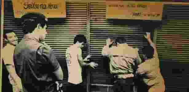 Piqueteiros fecham comércio durante manifestação da greve geral, no Rio de Janeiro (RJ), em 15 de março de 1989 - Chico Ferreira/Folhapress