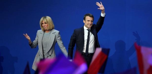 Emmanuel Macron e sua mulher, Brigitte Trogneux, após o primeiro turno da eleição