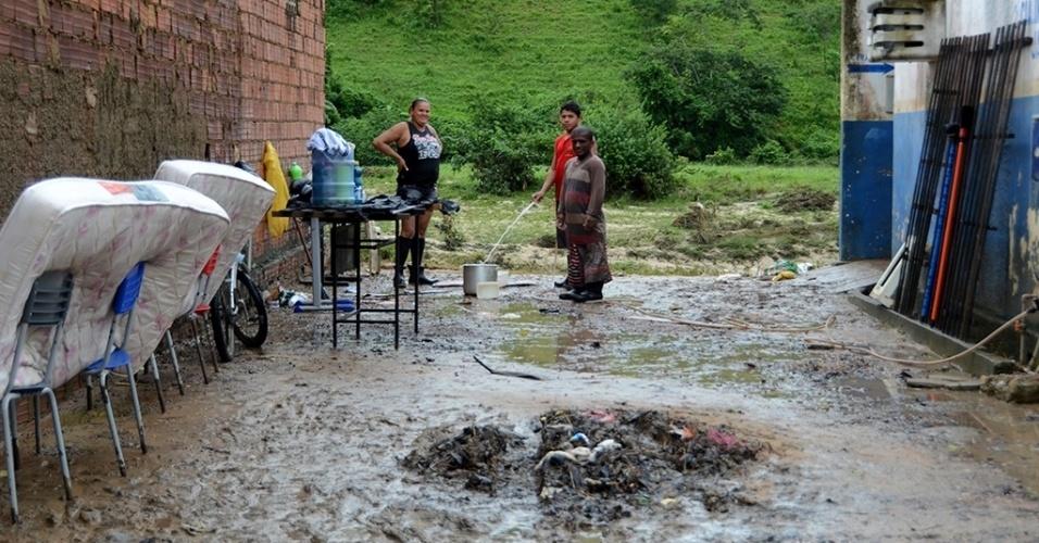31.mai.2017 - Moradores põem colchões para secar e fazem limpeza após rio Jacuípe baixar; fortes chuvas desalojaram moradores e destruíram móveis na região