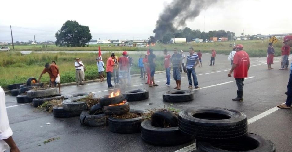 30.jun.2017 - Manifestantes bloqueiam trânsito em Pernambuco, nesta sexta-feira (30), durante movimento em todo o país de repúdio às reformas defendidas pelo governo do presidente Michel Temer (PMDB)