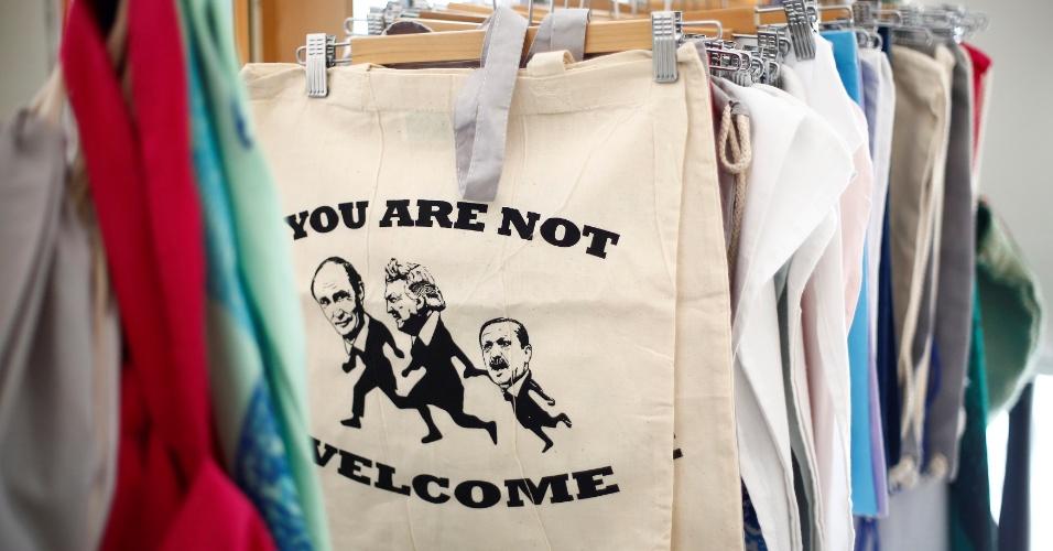 """3.jul.2017 - Sacola de compras mostra os líderes da Rússia (Vladmir Putin), dos EUA (Donald Trump) e da Turquia( Recep Erdogan) e frase """"Vocês não são bem-vindos"""", em loja no bairro de Karolinen, em Hamburgo, na Alemanha"""