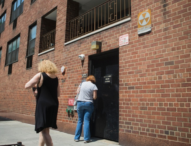 Prédio com placa indicando que o local pode servir de abrigo em caso de ataque nuclear em Manhattan, Nova York
