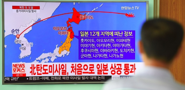 Homem observa tela de televisão mostrando trajetória de míssil lançado pela Coreia do Norte que atravessou pelo território japonês - Jung Yeon-Je/ AFP