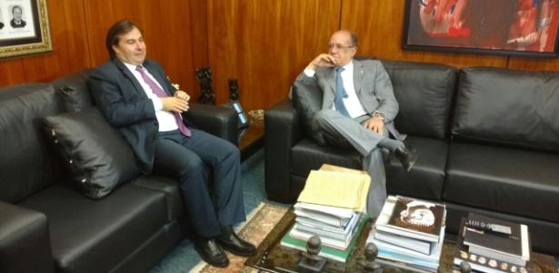 18.set.2017 - Rodrigo Maia (e), presidente da Câmara dos Deputados, se encontra com Gilmar Mendes, ministro do STF e presidente do TSE, para discutir a reforma política
