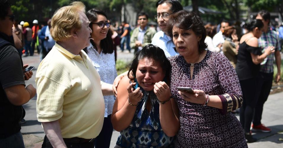 19.set.2017 - Mulher chora após o terremoto de magnitude 7.1 atingir a Cidade do México