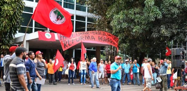Manifestantes impedem o acesso dos funcionários ao Ministério do Planejamento
