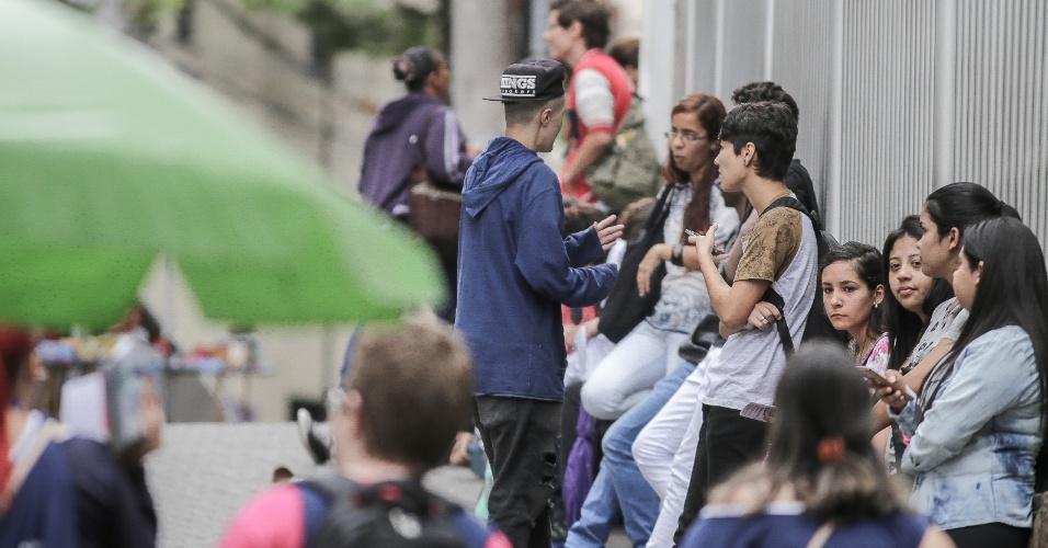 5.nov.2017 - Candidatos do Enem formam fila em frente à Uninove, na zona oeste de São Paulo, antes da abertura dos portões para a prova neste domingo