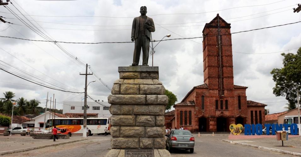 1º.dez.2017 - Monumento em Rio Tinto em homenagem ao fundador da cidade, o sueco Herman Theodor Lundgren