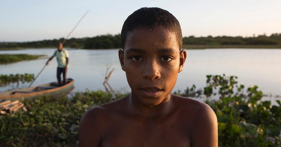Membros da comunidade quilombola de Nazaré, em Serrano do Maranhão, pescam no rio das Almas para ter seu sustento