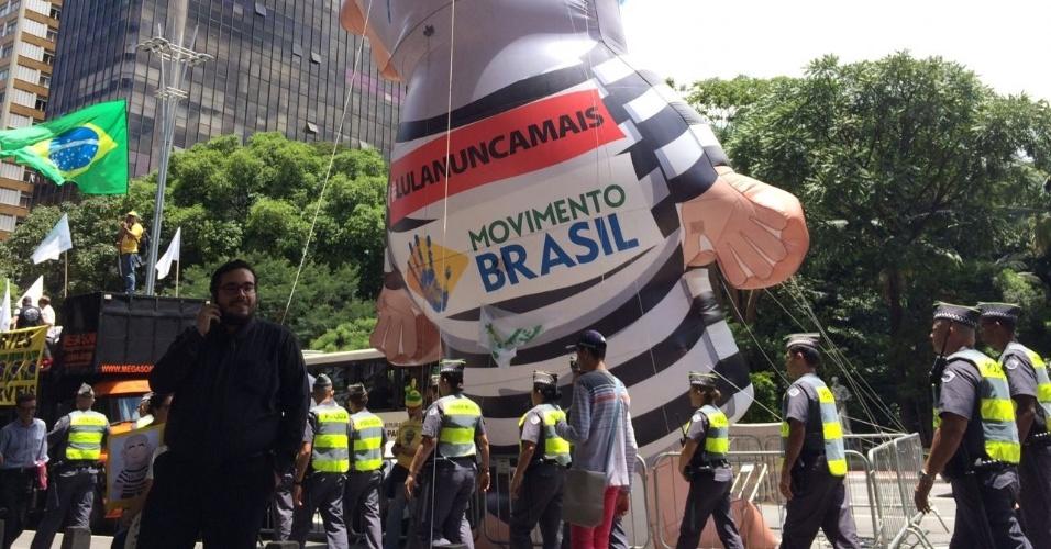 PMs fazem ronda próximos a boneco do Pixuleco na Avenida Paulista, em São Paulo, durante manifestação pela confirmação da condenação do ex-presidente Lula, nesta quarta-feira (24)