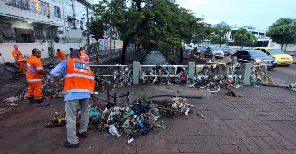 15.fev.2018 - Funcionários da Comlurb fazem trabalho de limpeza na avenida Maracanã, após forte chuva que atingiu o Rio