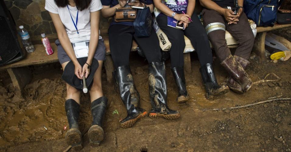 Profissionais de imprensa aguardam pelo começo de entrevista coletiva no centro de comando enquanto operações de resgate por 12 adolescentes e um adulto prosseguem na caverna de Tham Luang, no norte da Taillândia, neste sábado (7)