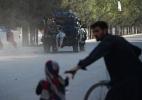 Homem-bomba mata 14 pessoas, incluindo uma criança, na porta do Aeroporto Internacional de Cabul - NOORULLAH SHIRZADA / AFP PHOTO