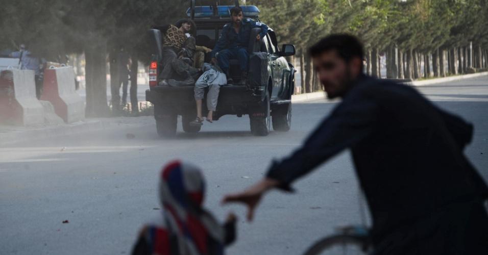 22.jul.2018 - AFEGANISTÃO: Caminhão policial socorre vítimas de um ataque suicida, em que um homem-bomba acionou artefatos explosivos no Aeroporto internacional de Cabul e matou ao menos 14 pessoas