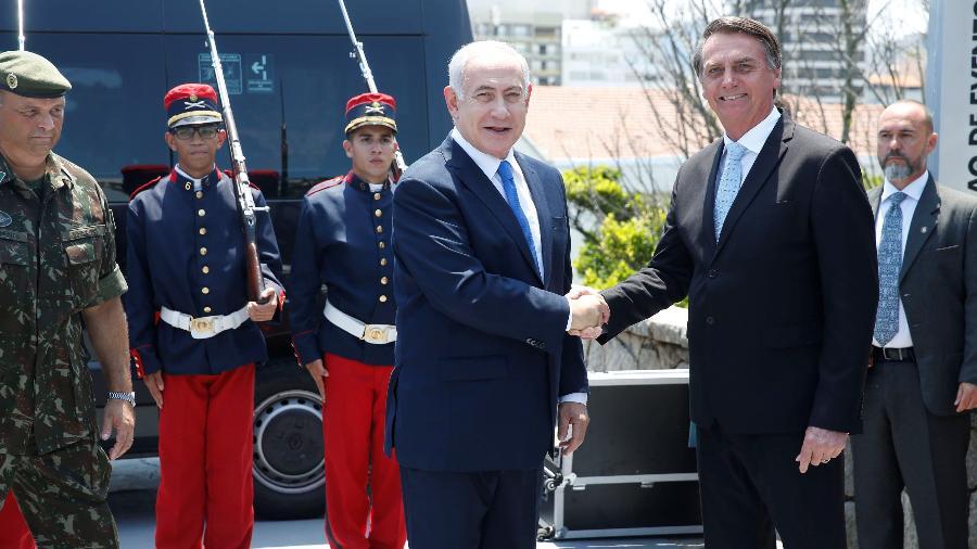 O primeiro-ministro israelense, Benjamin Netanyahu e Jair Bolsonaro se cumprimentam no Rio de Janeiro (28.dez.2018) - Fernando Frazao/Agência Brasil
