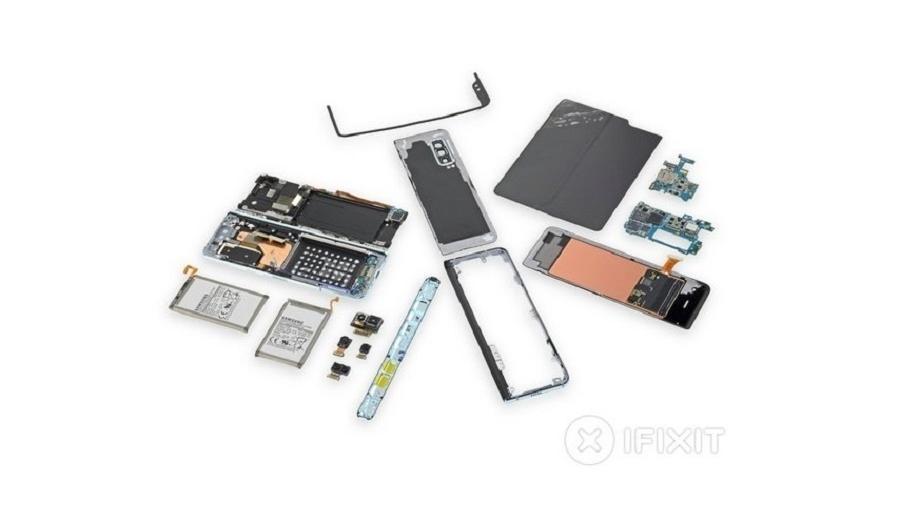 Galaxy Fold aberto pela equipe do site iFixit - Reprodução/iFixit