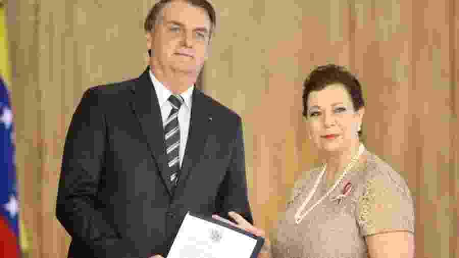 Diplomata María Teresa Belandria, representante de Juan Guaidó, entrega suas credenciais ao presidente Jair Bolsonaro, em junho do ano passado - Reprodução/Twitter/@EmbajadaVE_BR