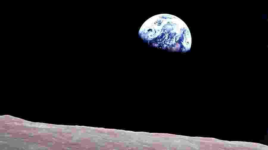 Foto tirada em 1968 pelos astronautas da Apollo 8 mostra o planeta Terra nascendo no horizonte lunar  - Divulgação/Nasa