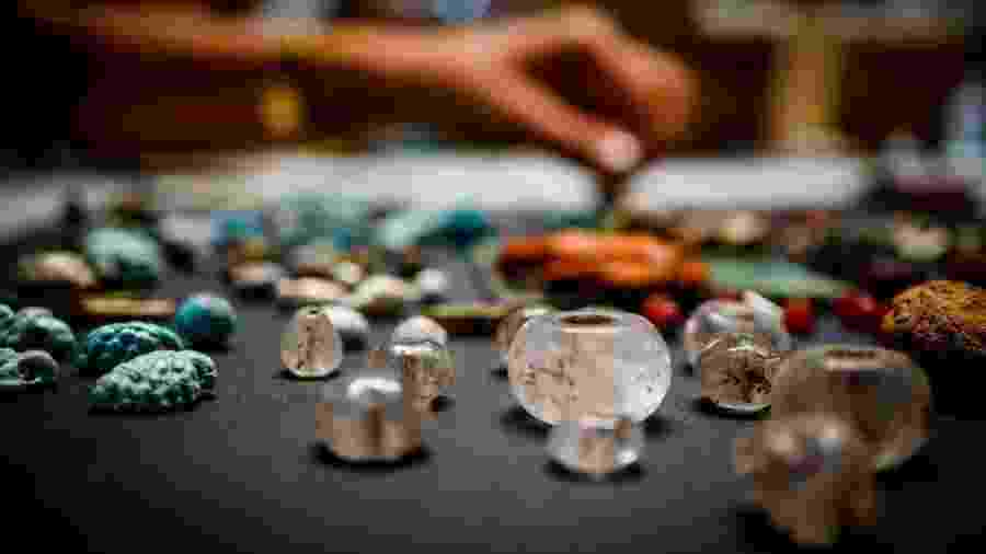 Dezenas de amuletos e contas de vidro foram encontradas entre as ruínas de Pompeia - EPA