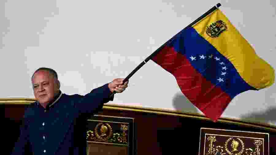 O presidente da Assembleia Nacional Constituinte, Diosdado Cabello, segura uma bandeira da Venezuela durante sessão - Federico Parra / AFP