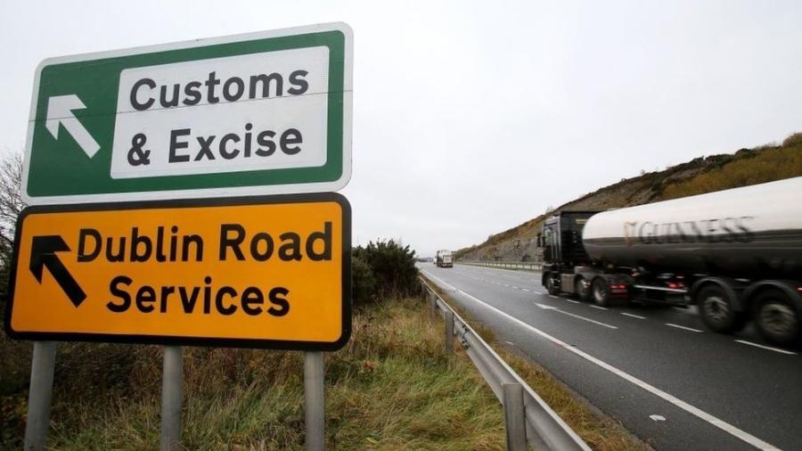 Atualmente não há uma fronteira rígida, com controle de mercadorias e passaportes, na fronteira entre Irlanda do Norte e República da Irlanda - AFP