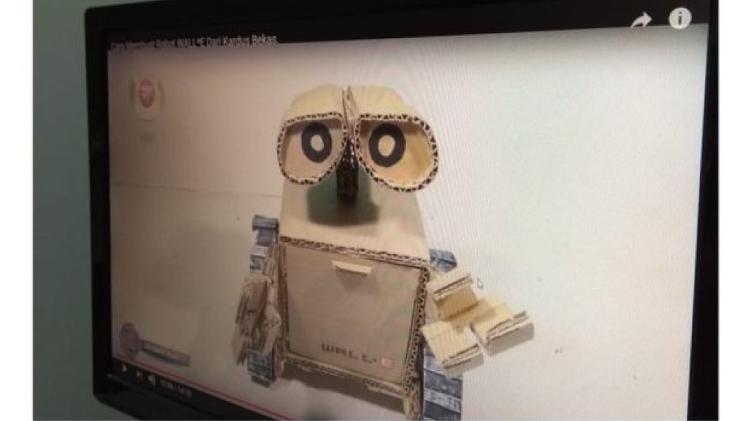Wall-e feito de papelão, cola quente e um carrinho quebrado foi ideia de Guilherme, que tem autismo. - Divulgação/Secretaria Municipal de Educação