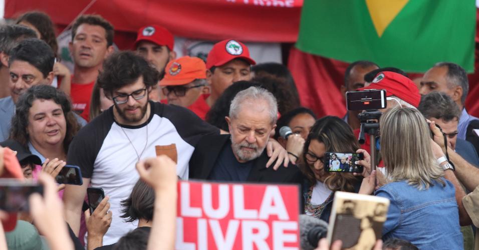Lula em meio a apoiadores em Curitiba após deixar a carceragem da PF
