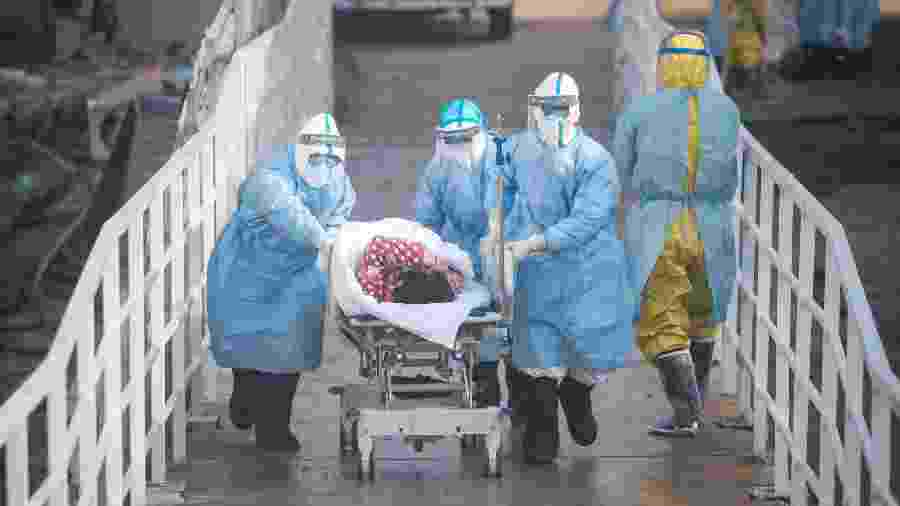 16.fev.2020 - Médicos levam primeira parte de pacientes infectados com o novo coronavírus para uma área de isolamento no hospital Huoshenshan, em Wuhan - Xinhua/Xiao Yijiu
