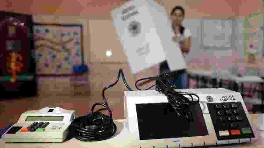 Funcionária da Justiça Eleitoral instala urna eletrônica em local de votação em escola de Brasília - Ueslei Marcelino