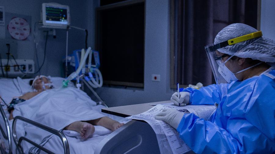 Profissional do MSF (Médicos Sem Fronteiras), durante trabalho na UTI do Hospital Tide Setubal, em São Miguel Paulista, zona leste de São Paulo - Eduardo Anizelli/Folhapress