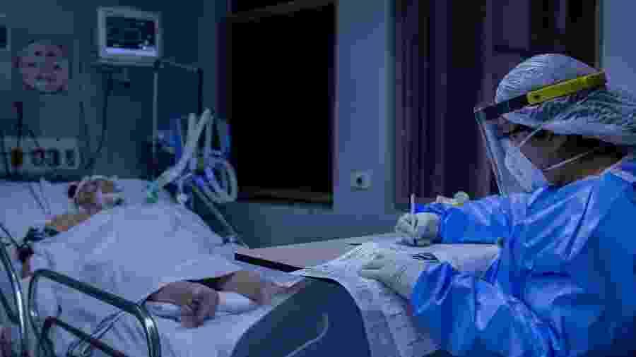 23.jul.2020 -  Profissional do MSF (Médicos Sem Fronteiras), durante trabalho na UTI do Hospital Tide Setubal, em São Miguel Paulista, zona leste de São Paulo - Eduardo Anizelli/Folhapress
