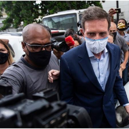 22.dez.2020 - O ex-prefeito do Rio Marcelo Crivella é levado para fazer exame de corpo de delito após ser detido - Bruna Prado/AP