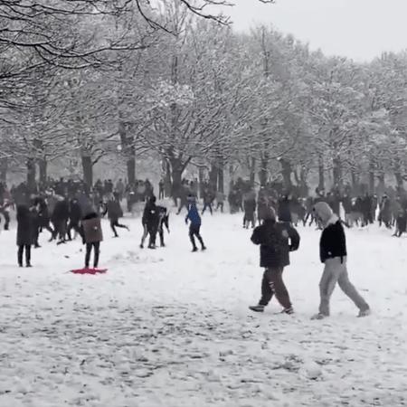 Guerra de bolas de neve acontece em Leeds, na Inglaterra, em meio à pandemia - Reprodução/Twitter