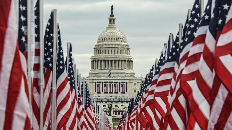 """Bandeiras representam """"compromisso com um evento inclusivo e seguro"""", explicou o comitê de posse de Biden - Stephanie Keith/Getty Images/AFP"""