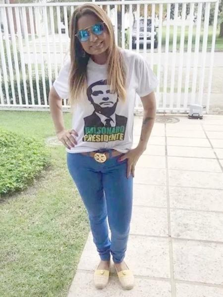 A promotora Carmen Eliza Bastos de Carvalho veste camisa em apoio a Jair Bolsonaro durante a corrida presidencial em 2018 - Reprodução/Facebook