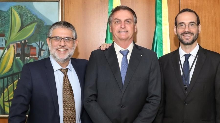 O biólogo Marcelo Hermes Lima (à esq., de paletó aberto) ao lado do presidente Jair Bolsonaro no Palácio do Planalto  - Reprodução/Facebook