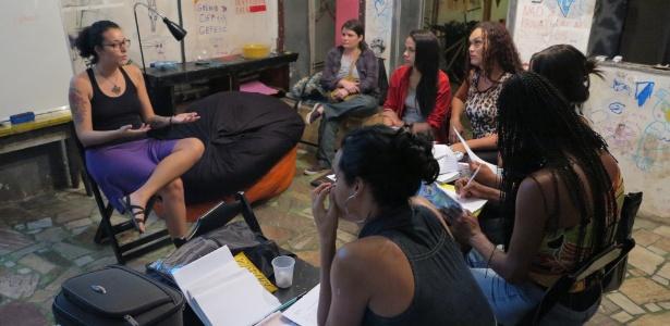 """Alunas do curso preparatório """"Prepara, NEM"""" assistem aula em casa no centro do Rio - Gustavo Maia/UOL"""